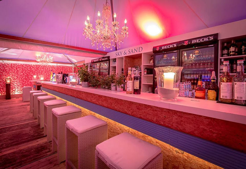 besuchen-sie-den-exklusiven-beach-club-in-hamburg-in-begleitung-einer-vip-escort-lady